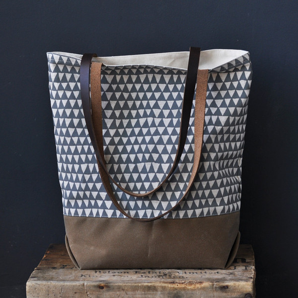 TOTE_-_GREY_TRIANGLE_CHROME2_grande